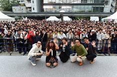 イベント終了後に撮影された来場者との記念写真。