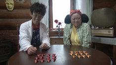 滝藤賢一演じる折鶴博士(左)とニッチェ江上演じる(右)。(c)NHK