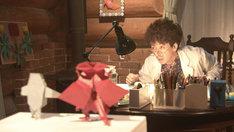 「オリガミ博士だけの四角い時間」のワンシーン。手前の折り紙の声を東京03飯塚とハライチ岩井が務める。(c)NHK