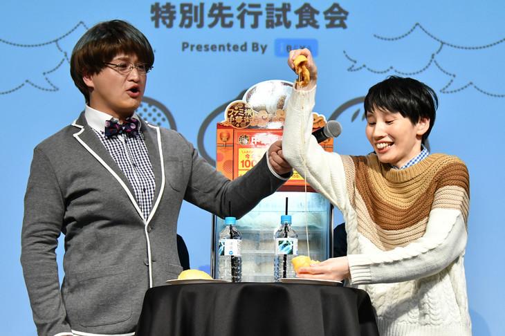 ピザまんを試食するハリセンボンはるか(右)と春菜に扮するガリットチュウ福島(左)。
