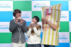 ハリセンボン春菜になりきるガリットチュウ福島(左)とハリセンボンはるか(中央)、ファミチキ先輩(右)。