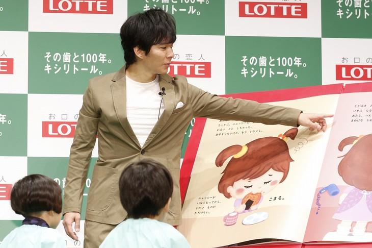 株式会社ロッテのイベントで子供たちに絵本の読み聞かせをするアンジャッシュ渡部。
