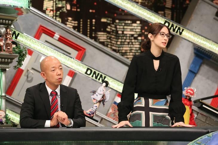 「全力!脱力タイムズ」に出演する(左から)バイきんぐ小峠、北川景子。(c)フジテレビ