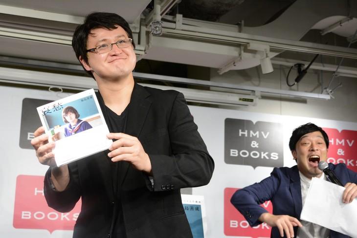 自著をPRするガリットチュウ福島(左)と、それに大袈裟なリアクションを見せる相方・熊谷(右)。