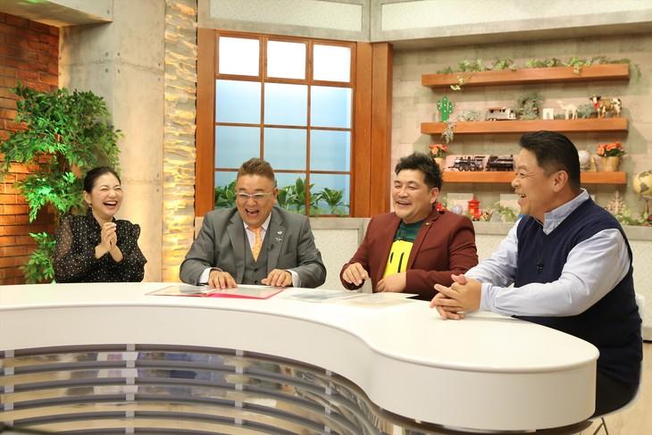 「世界のおうち ヒックリカエシマSHOW」に出演する(左から)関根麻里、サンドウィッチマン、伊集院光。(c)中京テレビ