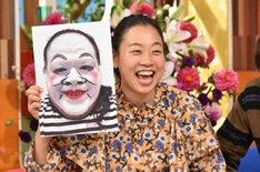 """自分の""""白塗りモノマネ""""と顔を並べるいとうあさこ。(c)日本テレビ"""