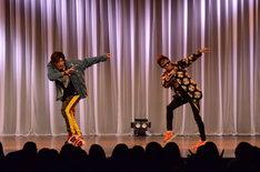 ライブのオープニングで踊るEXIT。
