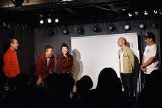 「村田渚13回忌LIVE」に出演した、左からHEY!たくちゃん、チャイムのだんな(松丘慎吾)と赤プル、バイきんぐ小峠、コトブキツカサ。
