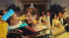本田翼扮するでんきのお姫様に抱きかかえられる出川哲朗扮するスルーノ三世。