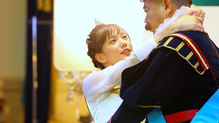 ニチガス新CM「ウエディングダンスパーティー」撮影中の本田翼(左)と出川哲朗(右)。