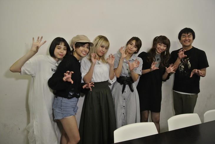 平成ノブシコブシ徳井(右端)とベイビーレイズJAPAN。(c)テレビ朝日