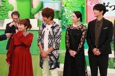 (手前左から)辻希美と杉浦太陽夫妻、雛形あきこと天野浩成夫妻。(c)フジテレビ