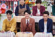 左から藤井隆、ツートライブ。(c)読売テレビ