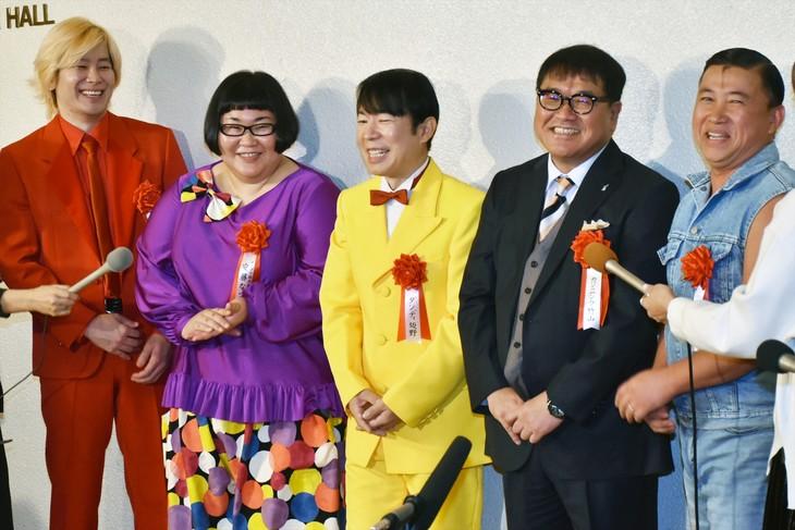 「サンミュージック グループ創立50周年記念式典」に出席した(左から)メイプル超合金、ダンディ坂野、カンニング竹山、スギちゃん。