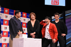 MCに注意されおどけるガリットチュウ熊谷(左から3人目)。