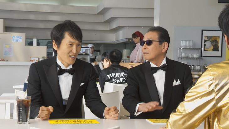 「モンスターストライク」のCM「【年末年始もヤバババーン】ヤバババーン・ジャパン?」編に出演する(左から)千原ジュニア、タモリ。