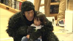 迷子になった子供をゴリラ姿であやす、くりぃむしちゅー上田。(c)テレビ朝日