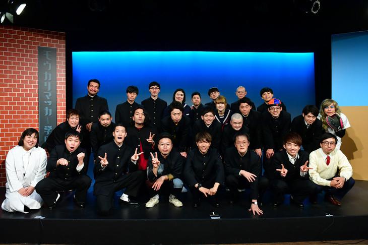 「名門!モウカリマッカ-学園~西梅田校 新聞部~」の囲み取材に出席したアキナら。