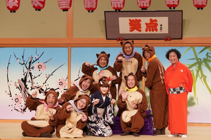 新年の干支である猪の被り物を装着した笑点メンバーと綾瀬はるか。(c)日本テレビ