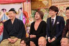 (後列左から)チョコレートプラネット、三四郎・小宮らスタジオ出演する芸人たち。(c)テレビ朝日