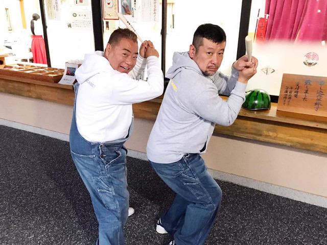 出川哲朗(左)とケンドーコバヤシ(右)。(c)テレビ東京
