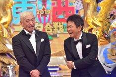 「笑いの王者が大集結!ドリーム東西ネタ合戦」MCのダウンタウン。(c)TBS