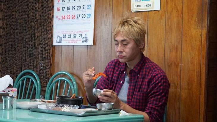 「迷宮グルメ 異郷の駅前食堂 年越し8時間スペシャル」で韓国を訪れるヒロシ。(c)BS朝日