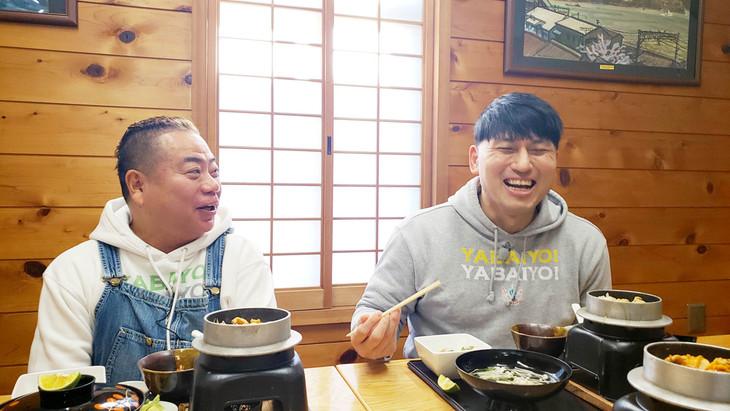 出川哲朗(左)とオードリー春日(右)。(c)テレビ東京