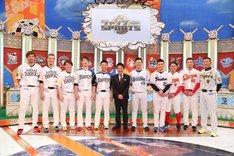 「ジャンクSPORTS プロ野球一斉調査SP」MCの浜田雅功(中央)とプロ野球選手たち。(c)フジテレビ