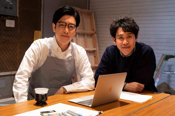 小林賢太郎(左)と大泉洋(右)。(c)NHK