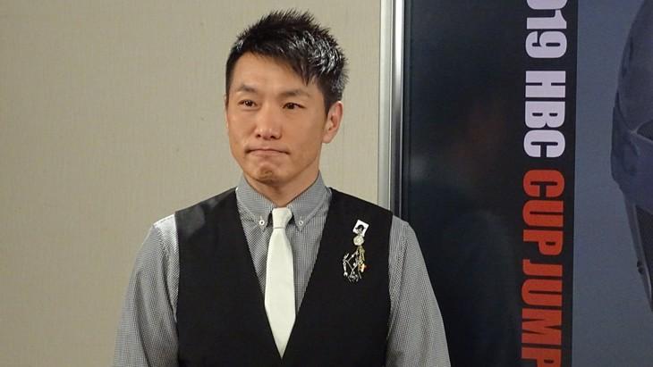 「2019HBCカップジャンプ」総合司会のますだおかだ増田。(c)HBC