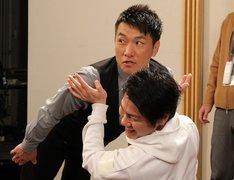 スキージャンプを疑似体験する、ますだおかだ増田(左)。(c)HBC