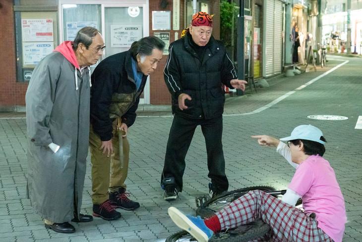 """""""三匹のおっさん""""と共演するにゃんこスター・スーパー3助(右)。(c)テレビ東京"""