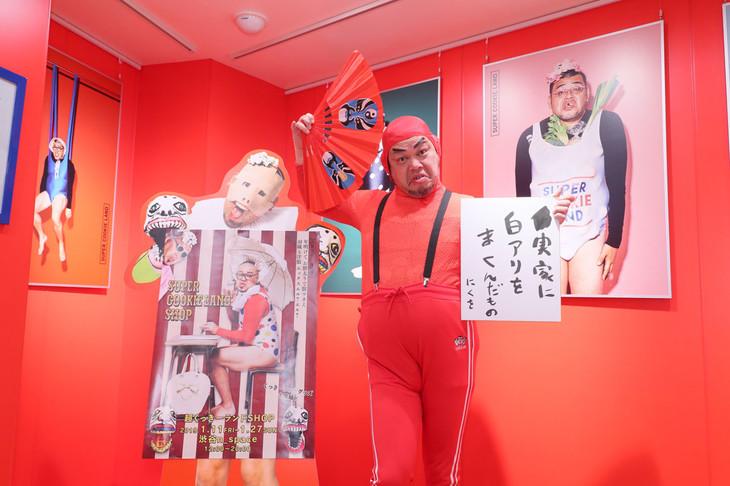 未来歌舞伎眼力丸に扮した野性爆弾くっきー。
