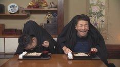 「二人羽織早食い蕎麦」に臨む(手前左から)爆笑問題・太田、くりぃむしちゅー上田。(c)中京テレビ