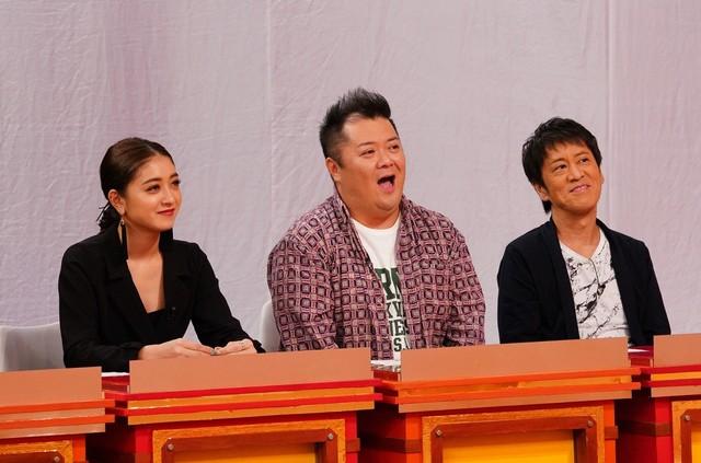 「村上マヨネーズのツッコませて頂きます!」で芸人たちの恋愛ネタを審査するブラックマヨネーズと池田美優(左)。(c)関西テレビ