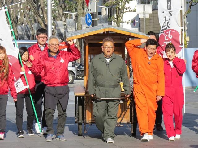 静岡で石巻おでんをPRするサンドウィッチマンら。(c)TBC東北放送