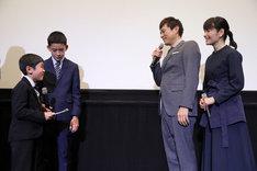 子役の2人が博多華丸と富田靖子に手紙を読む。