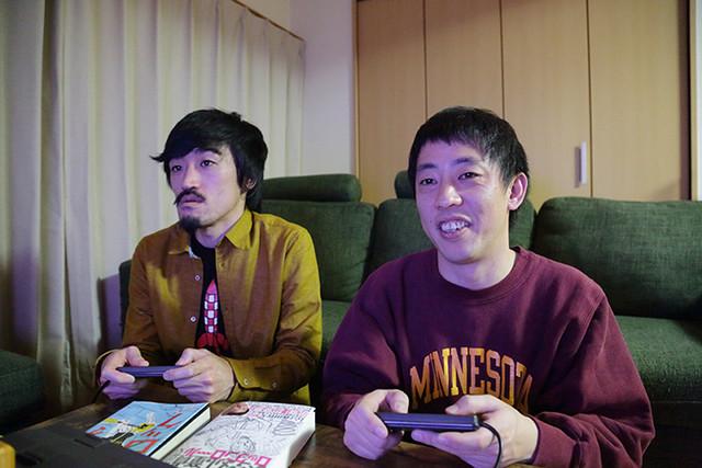 ゲームで遊ぶ榎屋克優、さらば青春の光・森田。(左から)(撮影:川口宗道)