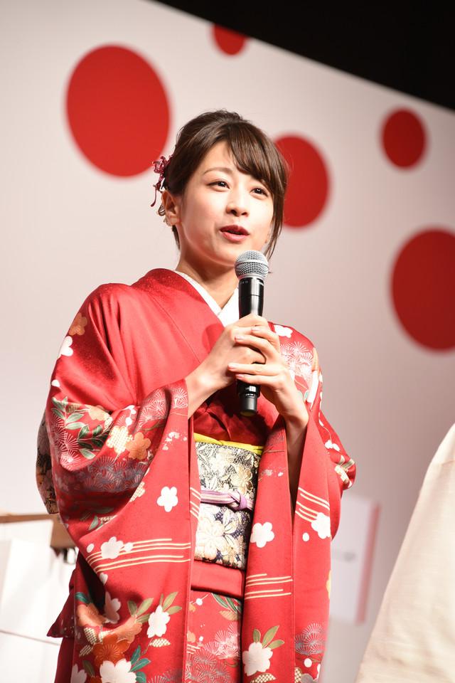 当選番号を確認する立会人を務めた加藤綾子。