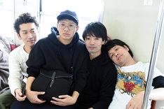 只見線に乗車する(左から)ツートライブ周平魂、ミキ亜生、アイロンヘッド辻井、ダブルアート・タグ。