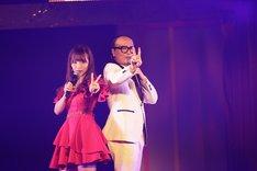 デュエット曲「2人はデキテル」を歌う(左から)松村香織、トレンディエンジェルたかし。