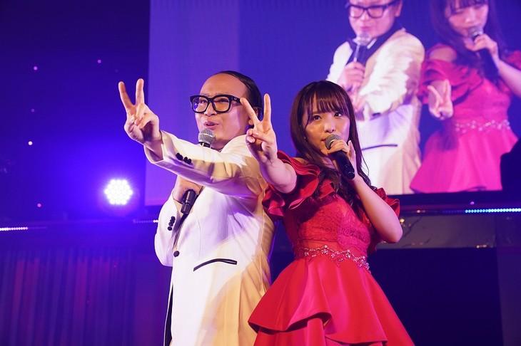 デュエット曲「2人はデキテル」を歌う(左から)トレンディエンジェルたかし、松村香織。