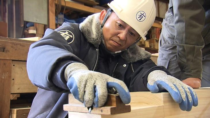 「ヘイヘイホー!有吉は木を切る。~広島の温泉街に檜の露天風呂を作っちゃったSP~」に出演する、有吉弘行。(c)RCC