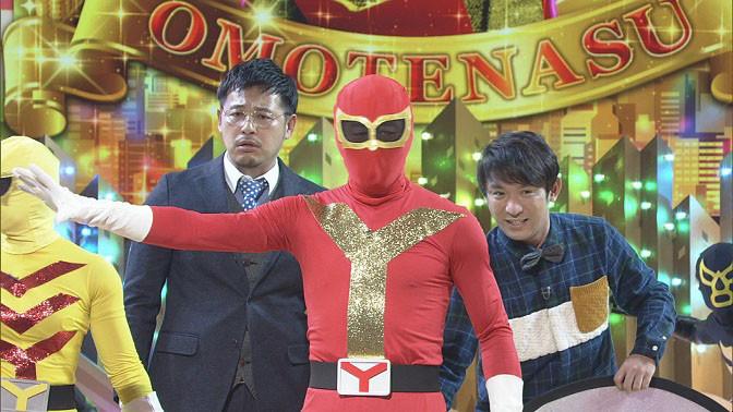 漫才中にヒーローと悪者の戦闘が始まってしまうアルコ&ピース。(c)NHK