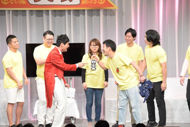 オープニングで台本通りの掛け合いを披露するもう中学生と松尾アトム前派出所。