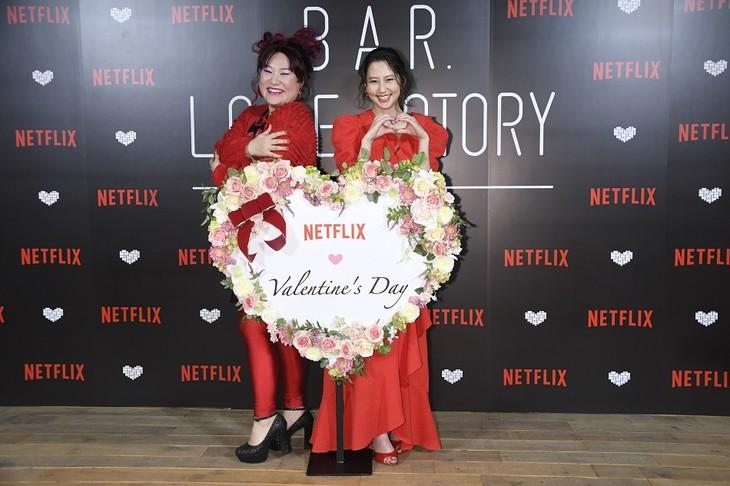 「Netflixバレンタイン・スペシャルイベント」に登壇した(左から)フォーリンラブ・バービー、河北麻友子。