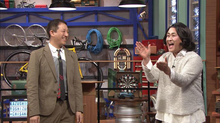 「ザワつく!金曜日」で番組MC陣の高嶋ちさ子のモノマネに挑戦する神奈月(右)と、進行役のサバンナ高橋。(c)テレビ朝日