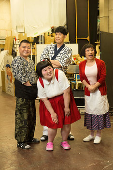 「吉本新喜劇60周年公式スペシャルブック~誰でもわかる、あほほど笑える100ページ~」の表紙を飾る川畑泰史、酒井藍、小籔千豊、すっちー(左から)。