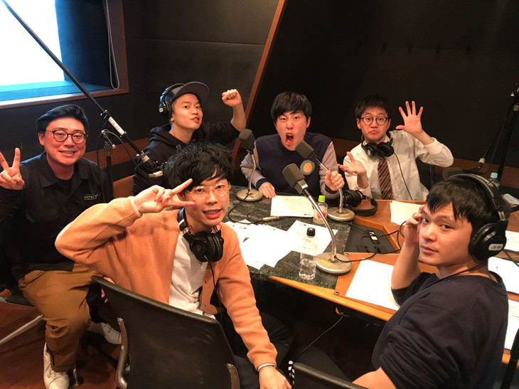 「東京ホテイソンのグレープなラジオ」に出演する東京ホテイソンとゾフィー、フランスピアノ。